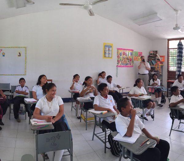 Conectando Lo Desconectando: La Historia de la Visita A Una Escuela Agua Azul, México